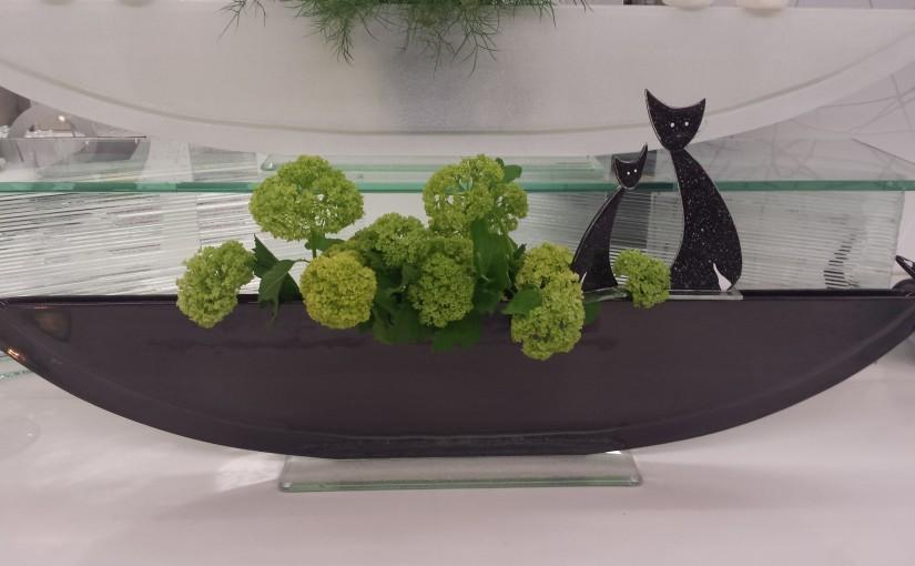 Vasen mit Steckfiguren: Katzen