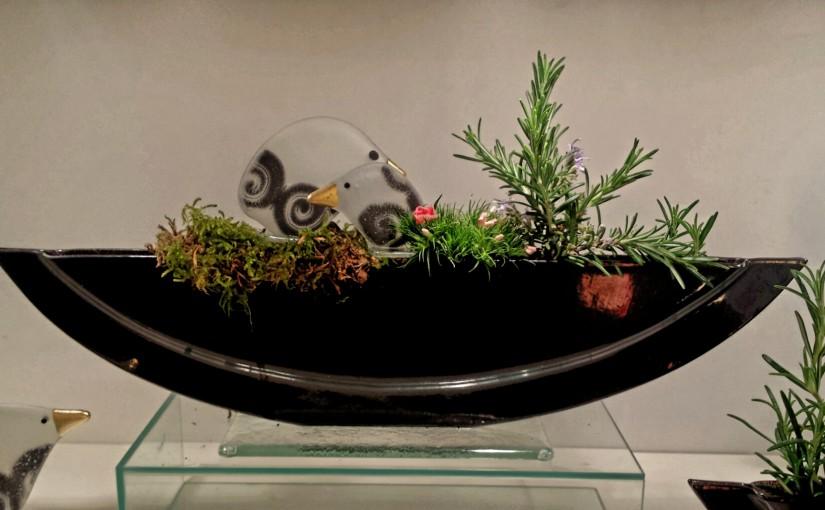 Vasen mit Steckfiguren: Vögel