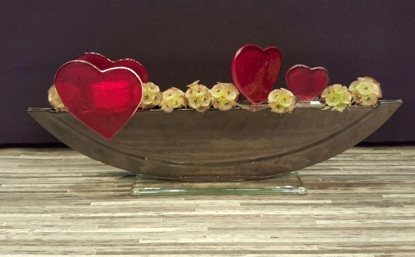 Vasen mit Steckfiguren: Herzen